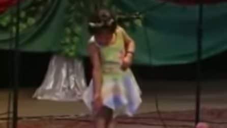 Sguardo basso e poi la bimba si scatena quando parte la musica
