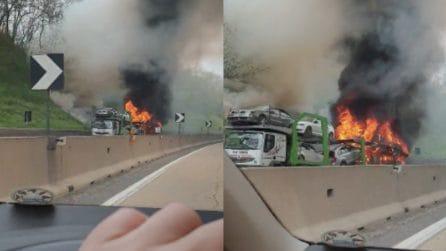 Arezzo, autocarro in fiamme sull'autostrada: l'incendio è terribile