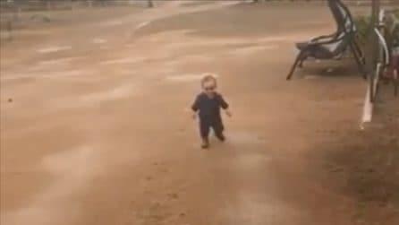 Vede la pioggia per la prima volta: la reazione del piccolo è esilarante