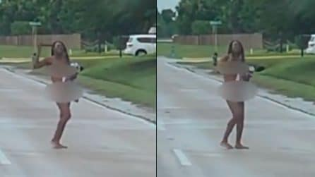 Donna senza vestiti blocca il traffico e poi fa un gesto volgare
