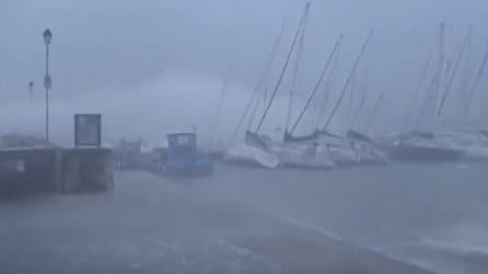 Tempesta sul Lago di Garda: le onde spazzano via il porto