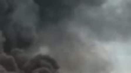 Mosca, atterraggio di emergenza di un aereo in fiamme: un morto