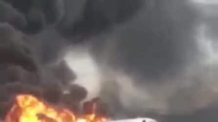 Aereo in fiamme atterra sulla piasta: un morto e 10 feriti