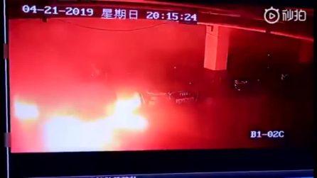 Tesla Model S esplode in un parcheggio