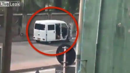 Sri Lanka, la polizia sta disinnescando una bomba ma ne esplode un'altra