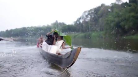 Posano in canoa per il loro matrimonio, ma l'imprevisto è dietro l'angolo