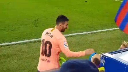 Leo Messi cuore d'oro: il regalo al tifoso disabile a bordo campo