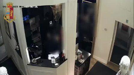 Roma, le immagini di una rapina nella reception di un albergo: i ladri strattonano un dipendente
