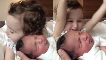 Vede per la prima volta il suo fratellino: l'incontro è emozionante