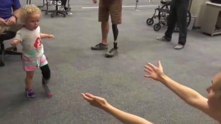 Una protesi le permette di camminare: la piccola corre tra le braccia della mamma