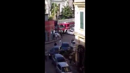 Parcheggi selvaggi a Bagnoli: camion dei pompieri rimane bloccato tra le auto in sosta