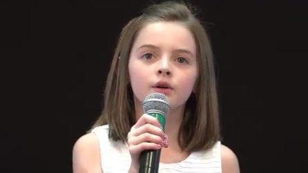 Così piccola ma con una grande voce: la bambina canta una famosa canzone e sorprende tutti