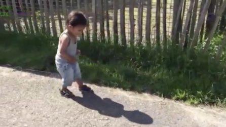L'improvvisa reazione del bimbo che si accorge della sua ombra