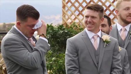 Sta aspettando la sua futura moglie all'altare, ma il neo sposo non riesce a smettere di piangere