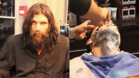 Vive in strada e non può permettersi un barbiere: la trasformazione straordinaria