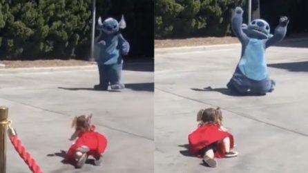 La bimba corre verso Stitch e cade: il pupazzo la consola così