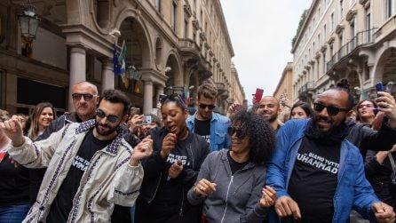 Marco Mengoni a sorpresa per le strade di Torino per presentare il concerto: la sorpresa dei fan