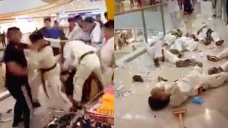 Rissa tra i proprietari di una palestra e atleti di taekwondo in un centro commerciale