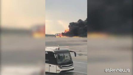 Mosca, aereo Aeroflot in fiamme: bilancio è di almeno 41 morti