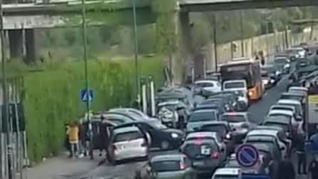 Bagnoli ostaggio dei parcheggiatori abusivi: 5 euro per un posto, automobilisti costretti a pagare