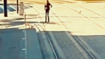 Donna non vedente si disorienta e cammina sui binari del tram: poliziotto corre per salvarla