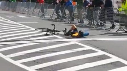 Tutta l'arroganza del ciclista: la scena incredibile sulla linea del traguardo