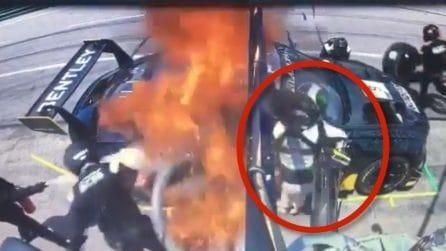 Perdita di carburante durante il rifornimento, la macchina va a fuoco