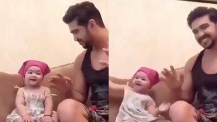 Parte la musica e il papà inizia a ballare: la piccola non resiste