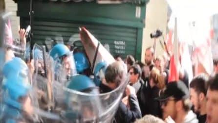 Primo maggio, la polizia carica i No Tav a Torino durante il corteo per la festa dei lavoratori