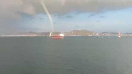 Un gigantesco tornado in mare si avvicina alla costa
