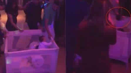 Papà porta il suo bambino in discoteca: la scena incredibile