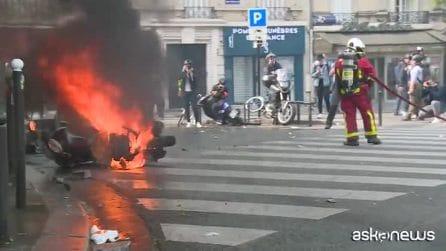 Primo maggio di scontri e lacrimogeni a Parigi: 330 arresti