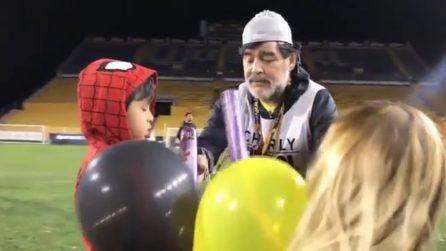 Maradona alle prese con i bambini: scene tenerissime con i figli dei suoi calciatori