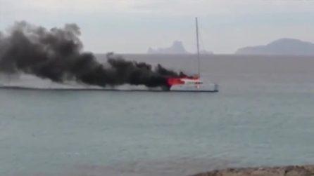 Catamarano in fiamme a Formentera: il capitano si getta in mare