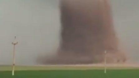 Tornado spaventoso ribalta autobus con 39 passeggeri: le immagini drammatiche