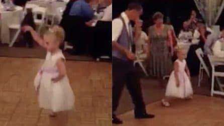 Balla durante il matrimonio, poi la musica cambia: questa bambina merita una standing ovation