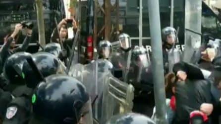 Salvini contestato a Modena, le forze dell'ordine caricano dopo lancio di sassi