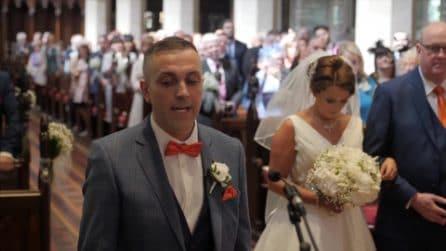 Aspetta la sposa all'altare ma ha in serbo una sorpresa davvero speciale: il momento commovente