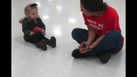 Bimba di 2 anni fa i capricci, una commessa si siede accanto a lei: mamma riprende quello che accade