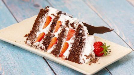 Torta al cioccolato e fragole: ecco un modo geniale per decorarla!