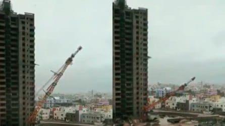 Gru altissima crolla sulle case sottostanti: le immagini sono terribili