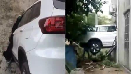 Auto sfonda un palazzo e rimane incastrata: l'incidente è assurdo