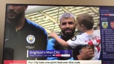 Non esiste rivalità per questo bimbo: il papà gioca contro Aguero ma lui gli dà un bacio