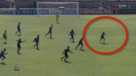 La posizione è impossibile, il calciatore fa qualcosa di incredibile: il gol è meraviglioso