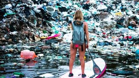 """In viaggio contro la plastica: la donna """"Indiana Jones"""" che sfida l'inquinamento in tavola da surf"""