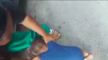 Bimbo cade a terra mentre il poliziotto arresta sua madre: immagini sconvolgenti