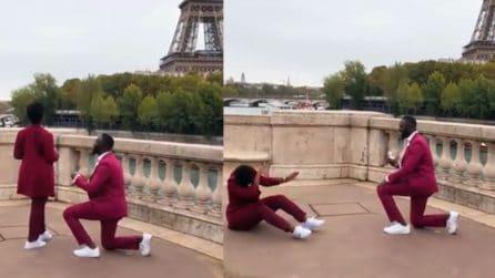 Fa la proposta di matrimonio davanti alla Torre Eiffel: la reazione della ragazza è unica