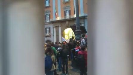 """Napoli, Salvini in prefettura: manifestanti urlano """"Napoli libera"""""""