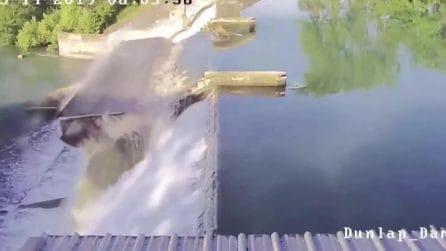 Il flusso dell'acqua è troppo forte: la diga cede e viene spazzata via