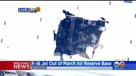 Pilota perde controllo del jet e si lancia dalla cabina: l'aereo si schianta su un magazzino